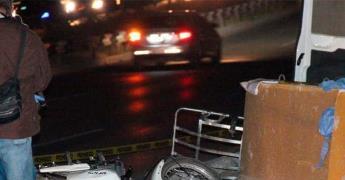 Fallece motociclista al chocar contra muro