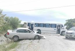 Por falla mecánica conductor choca su vehículo contra un camión urbano