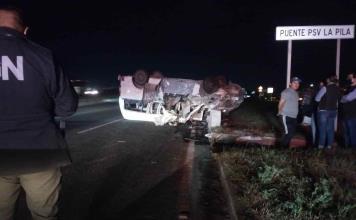 Vuelca una camioneta de transporte de personal; un muerto y cinco heridos