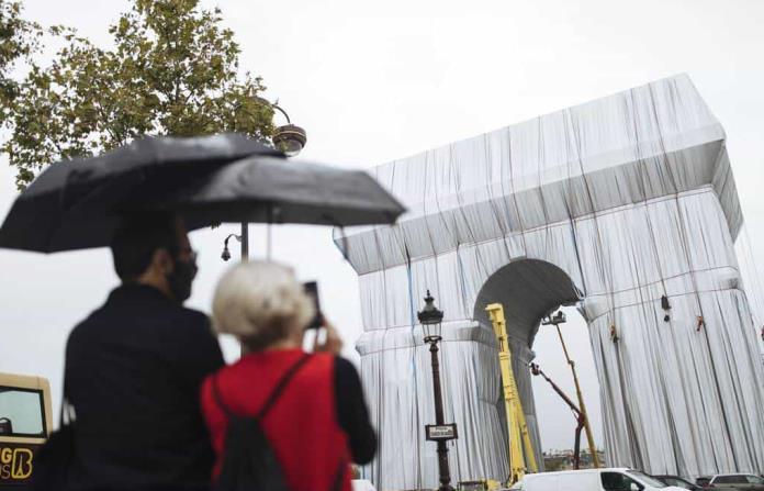 París cubre de tela su Arco de Triunfo