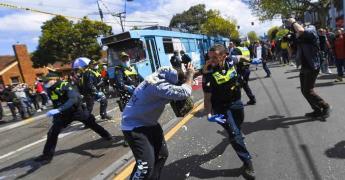 Protestan en Melbourne contra restricciones COVID-19