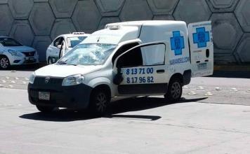 Grupo de taxistas arremeten contra un hombre mayor
