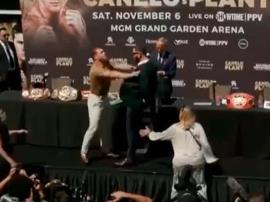 Conferencia entre Canelo Álvarez y Caleb Plant termina en golpes (VIDEO)
