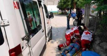 Motociclista derrapa y casi es arrollado por un autobús urbano