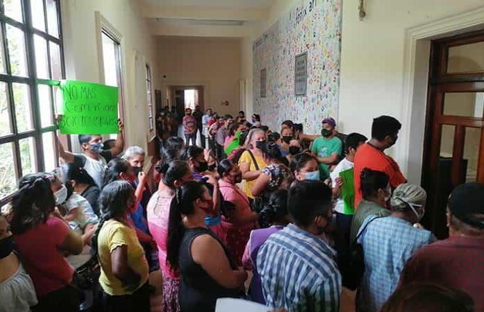 Tianguistas bloquean la Alcaldía vallense