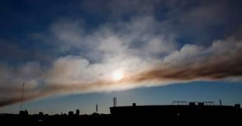 Bomberos controlan incendio y evitan fuga de amoníaco en la capital paraguaya